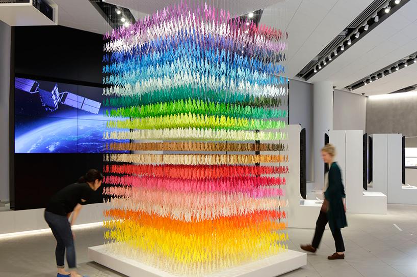 Инсталляция олицетворяет в наглядной форме японскую спутниковую систему QZSS, которая примерно с выс