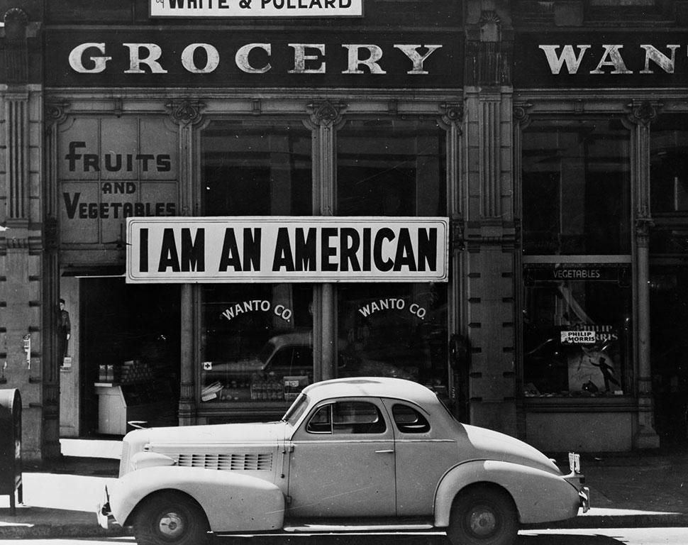 Магазин в Окленде, Калифорния, принадлежавший американцу японского происхождения, с плакатом «Я — ам