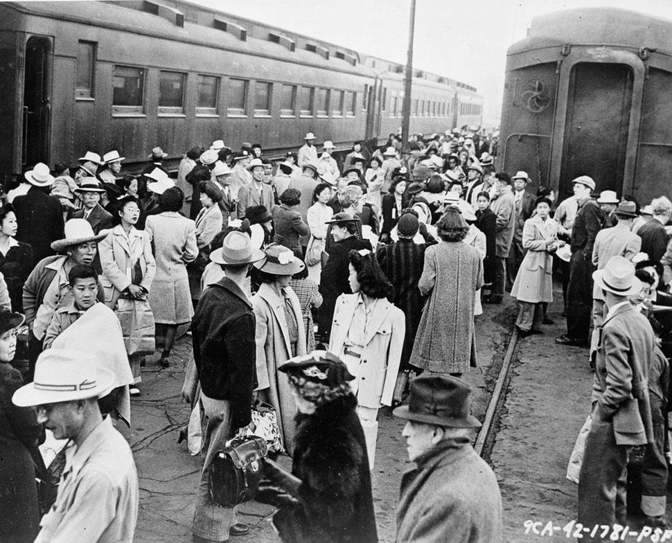 Эвакуанты собираются на железнодорожном вокзале в Лос-Анджелесе.