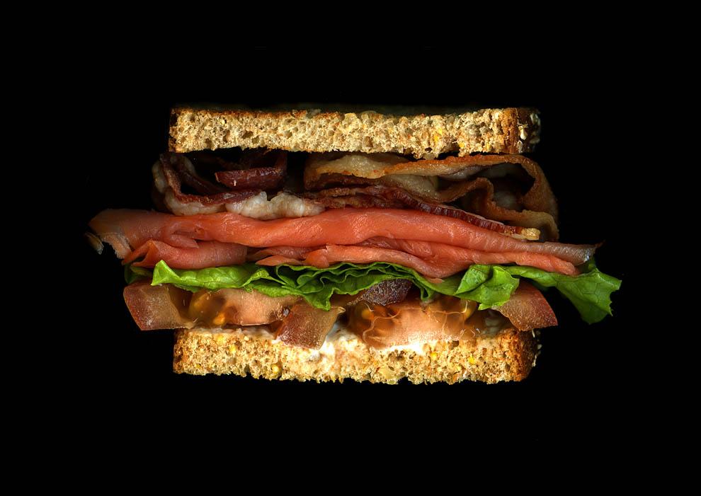 25. Бекон, копченый лосось, зеленый латук, помидор, майонез, белая гренка.