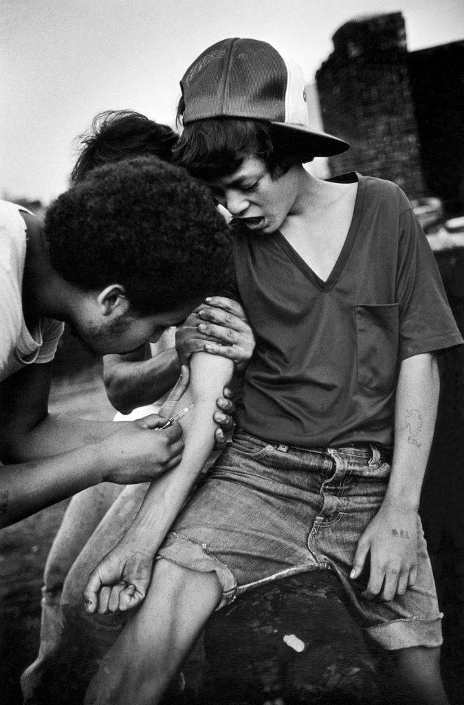 Двое помогают 15-летнему сделать инъекцию героина, Бронкс, 1982 год. Фото: Stephen Shames. Сам Барнс