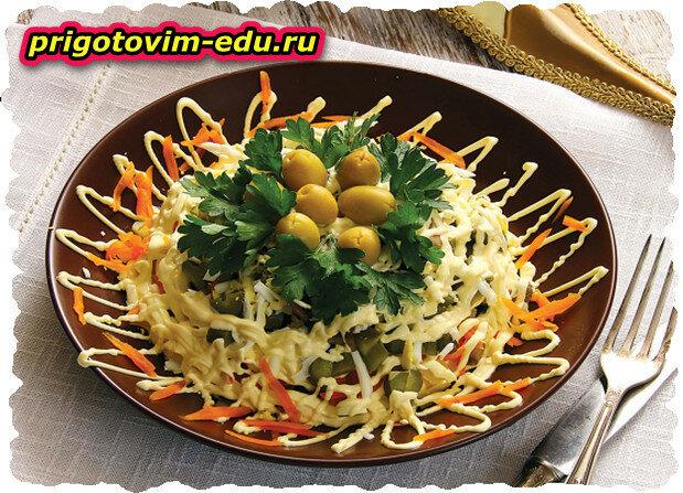 Салат грибной слоеный с маринованными огурцами
