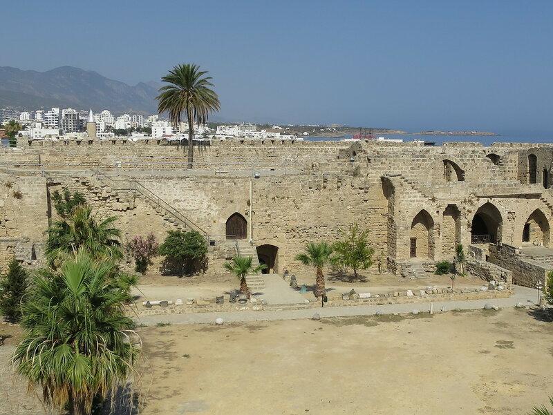 Комплекс помещений (8) и (12) вдоль западной стены