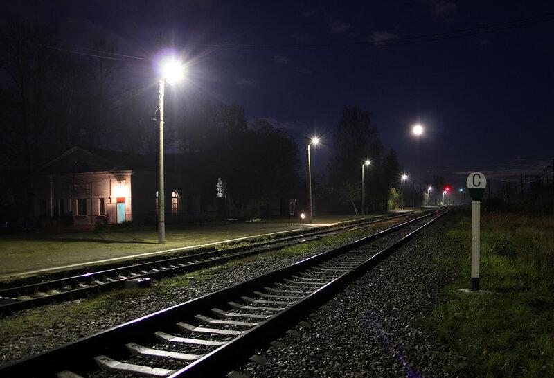 Ночная станция Идрица, вокзал, платформа и луна. Вид на Москву