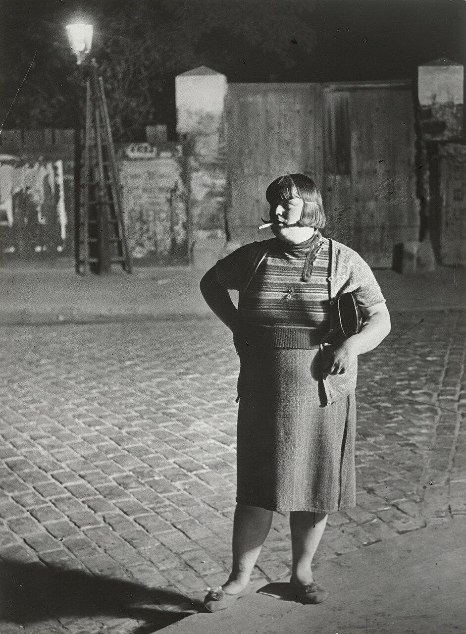 1932. Проститутка возле площади Италии, Париж (вид спереди)