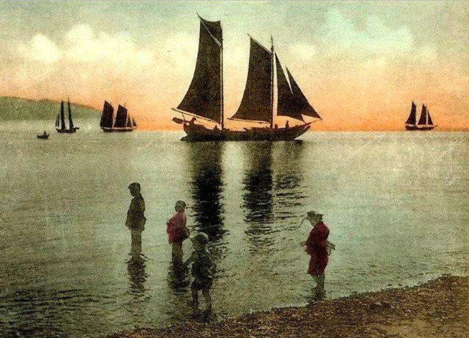 Дети и джонки вечером на море