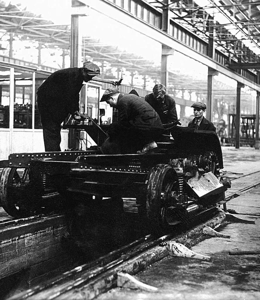 ЧТЗ. Опытный завод. Сборка коробки скоростей первого трактора ЧТЗ. 1931
