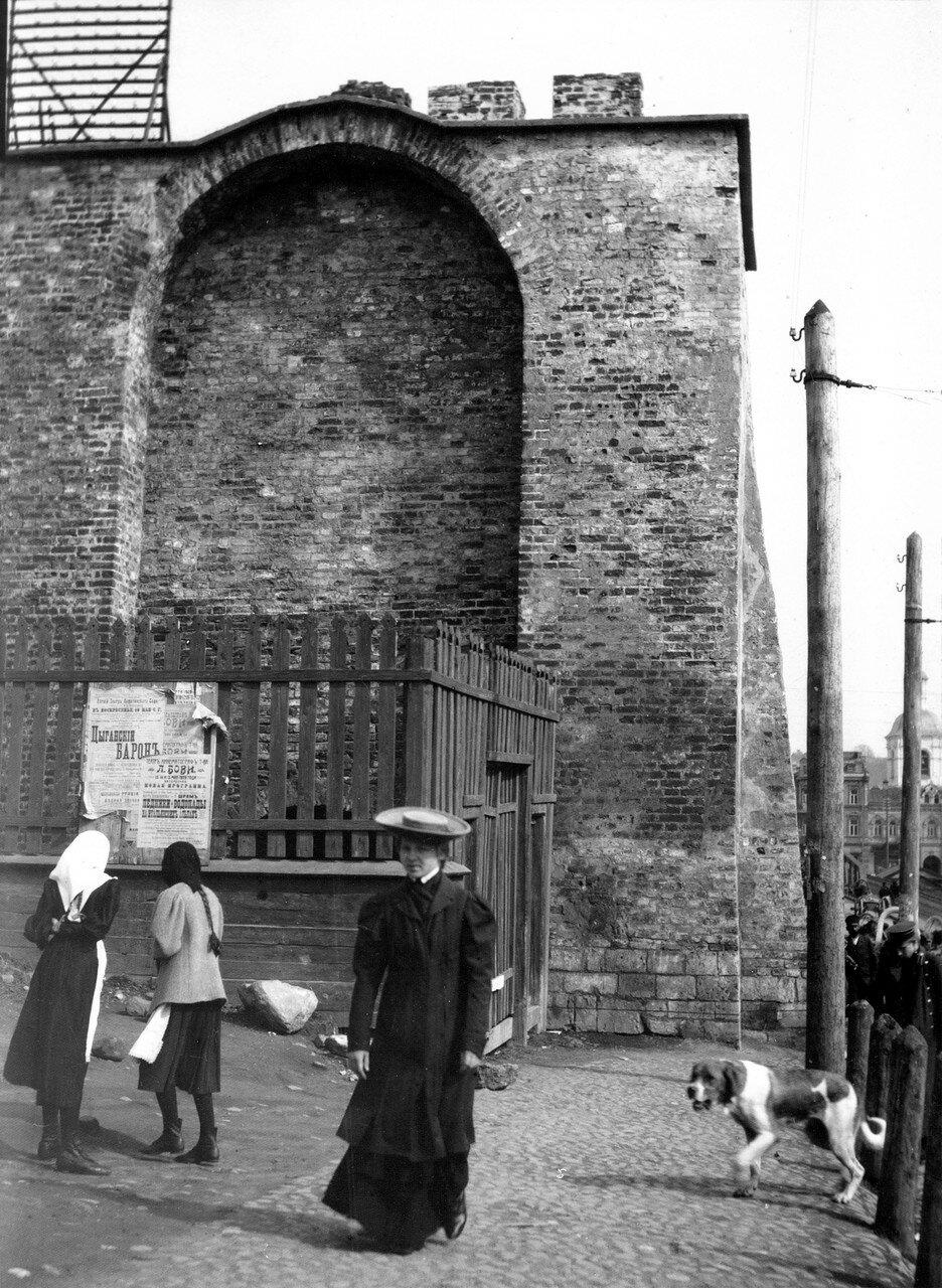 Торец крепостной стены у Троицкого пролома. 1909