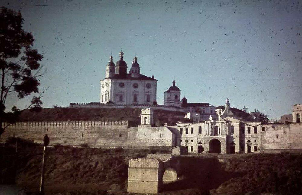 1942. Успенский собор и надвратная Одигитриевская церковь