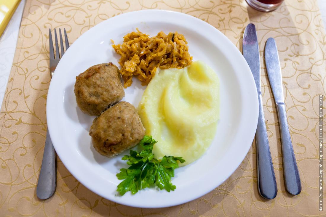 «Каштаны» рыбные, картофельное пюре, тушеная капуста