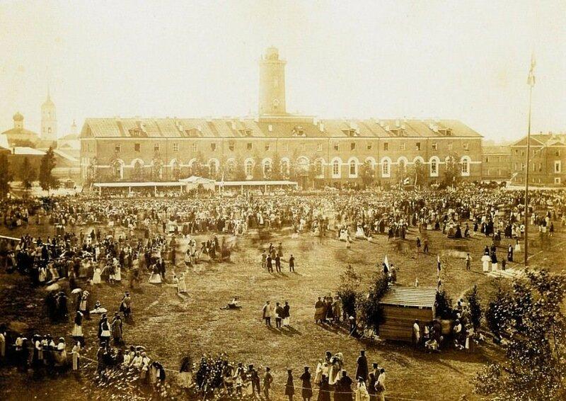 1865 Старая Русса. Народные гуляния на полковом плацу.jpg