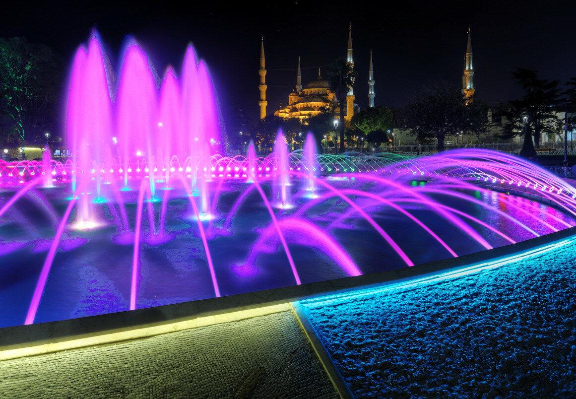 Ночной Стамбул. Фонтан на площади Султанахмет