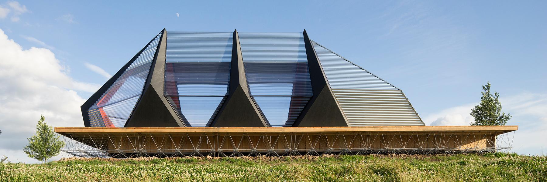 Временное строение создано для встреч и небольших выставок. Его легко разобрать и перевести в другое