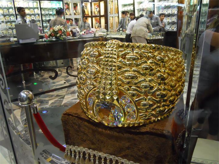 Увидеть необычное золотое изделие недавно могли все желающие – эксклюзивное кольцо было выстав