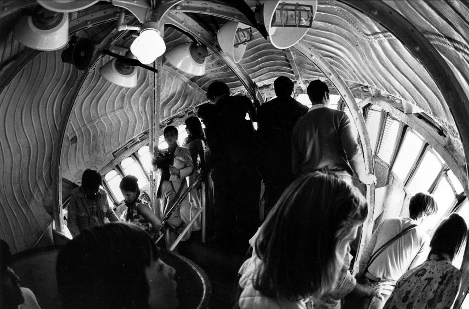 38. Посетители толкаются, чтобы взглянуть на бухту Нью-Йорка из короны статуи Свободы, 7 сентября 19