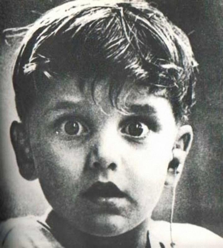 34. Гарольд Виттльз слышит впервые в жизни — доктор только что установил ему слуховой аппарат.