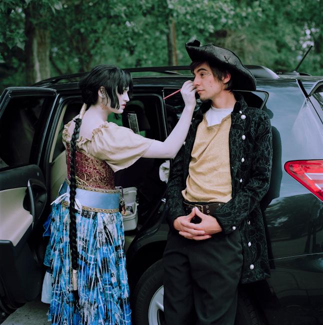 7. Джессика (Чандра) накладывает макияж на Марли (Танрийона) в Солт-Лейк-Сити, Юта.