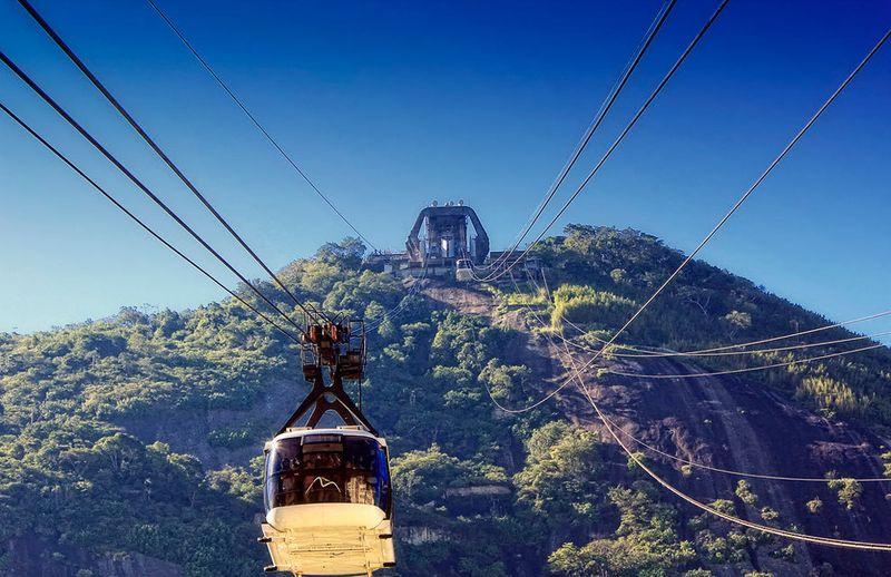 Поэтому власти Рио решили провести над шестью пригородами бразильской столицы канатную дорогу, котор
