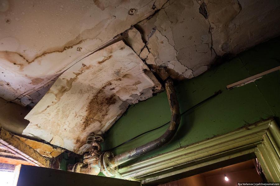26. Женщина рассказывает, что два дня назад здесь обвалился потолок, и чуть не убило одного из жильц