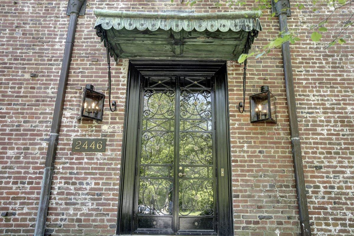 Главный вход освещают газовые светильники, имитирующие фонари.