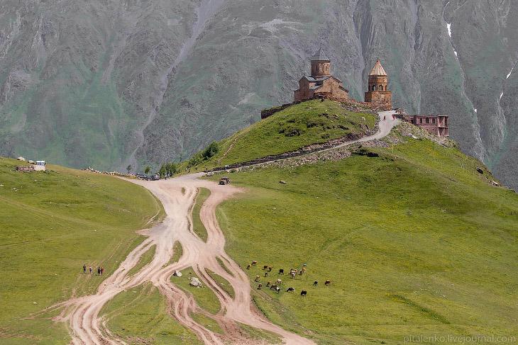 2. Поселок Степанцминда, гора Казбек, Гергетская троицкая церковь: