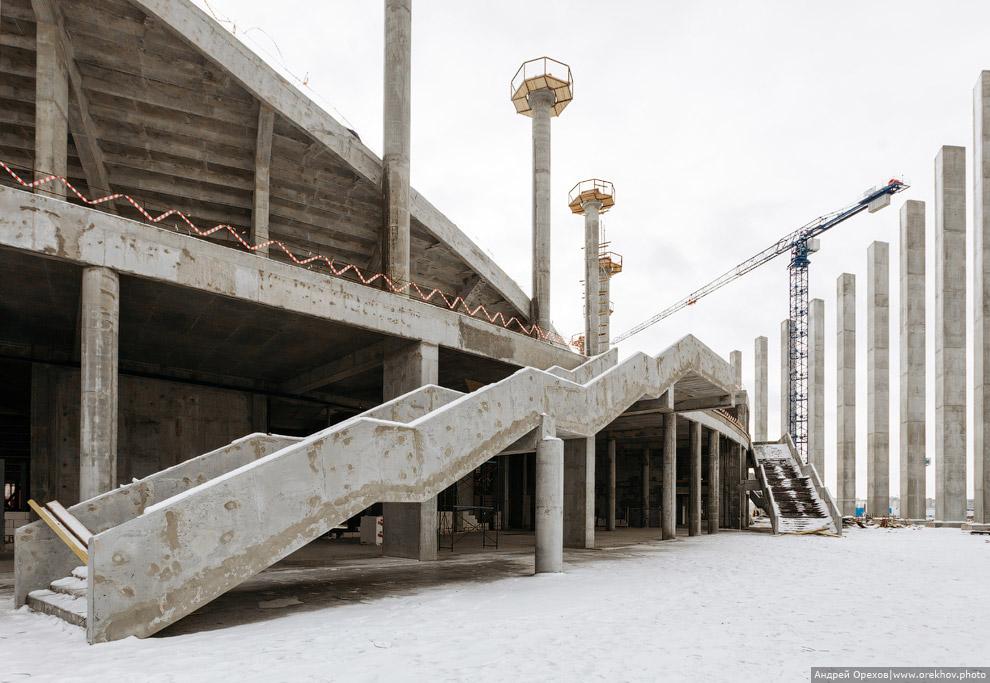 9. На круглые колонны устанавливают каркас будущей крыши. Площадки упрощают строителям установк