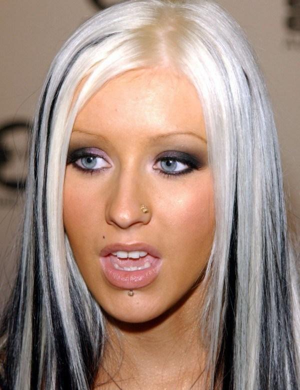 Прическа Кристины Агилеры в 2002 году. Черно-белые волосы певицы многим пришлись не по нраву.