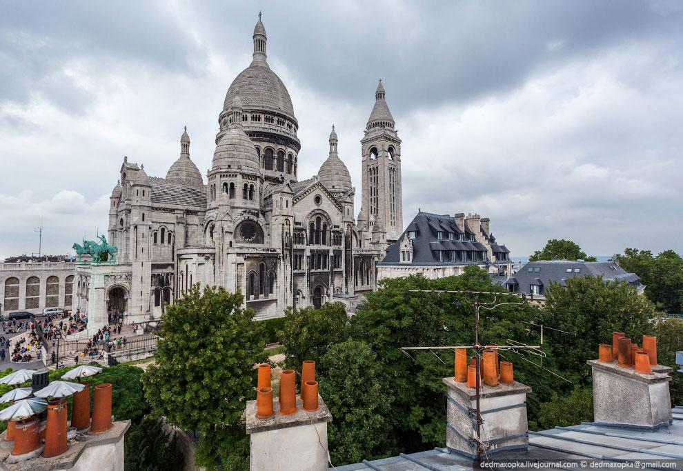 Базилика находится на холме Монмартр и оттуда в ясную погоду видно весь Париж: