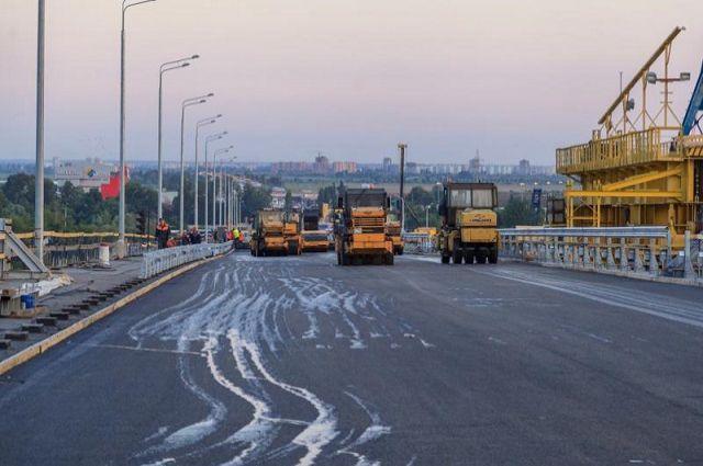 Смольный определил три компании для ремонта дорог вПетербурге