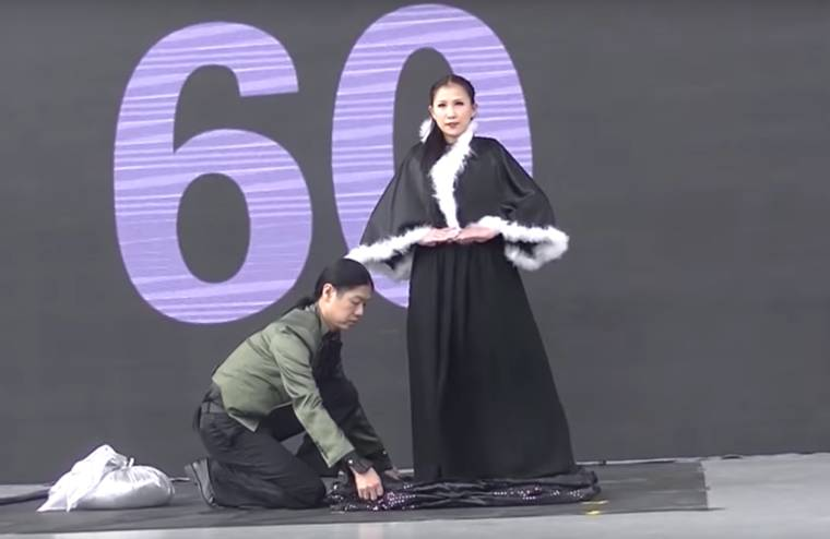 New world record - She changes her clothes 18 times in less than a minute