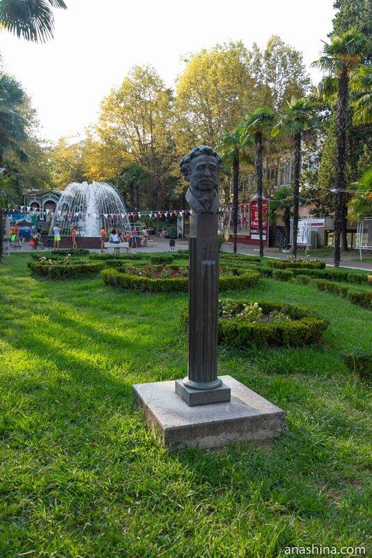 Аллея писателей, парк Ривьера, Сочи