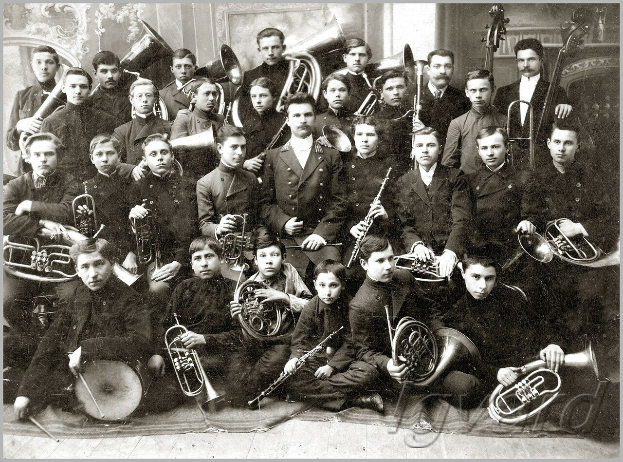 Духовой оркестр. Во втором ряду, второй слева – Николай Роменский. 1907
