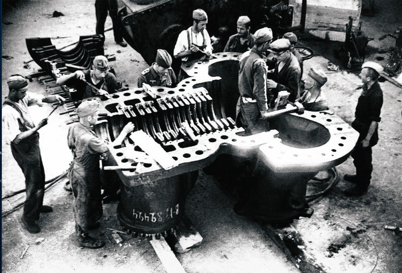 Трудармейцы за сборкой агрегата