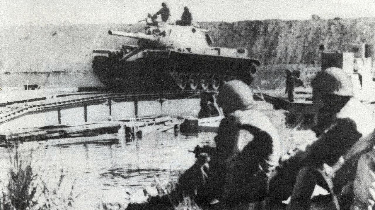Израильский танк пересекает Суэцкий канал