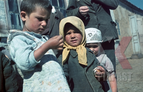 stock-photo-kids-in-dachne-crimea-ukraine-1942-22nd-panzer-division-11953.jpg