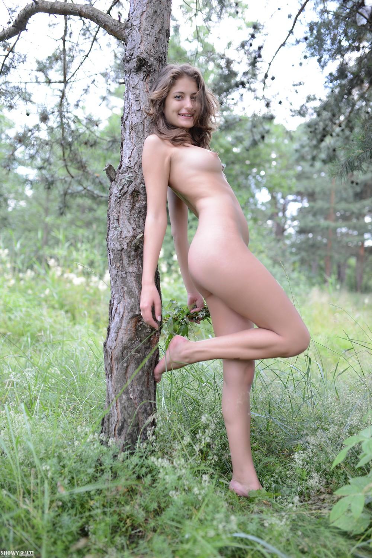 Jessica разделась в лесу