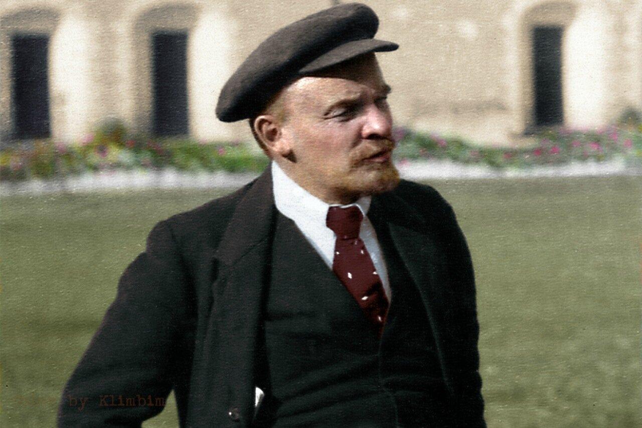 В.И. Ленин во дворе Кремля на прогулке после лечения от ранения. 16 октября 1918 г., Москва