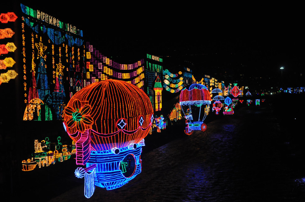 18. Рождественские украшения над рекой Меделлин в одноименном колумбийском городе. (AP / Luis Benavi