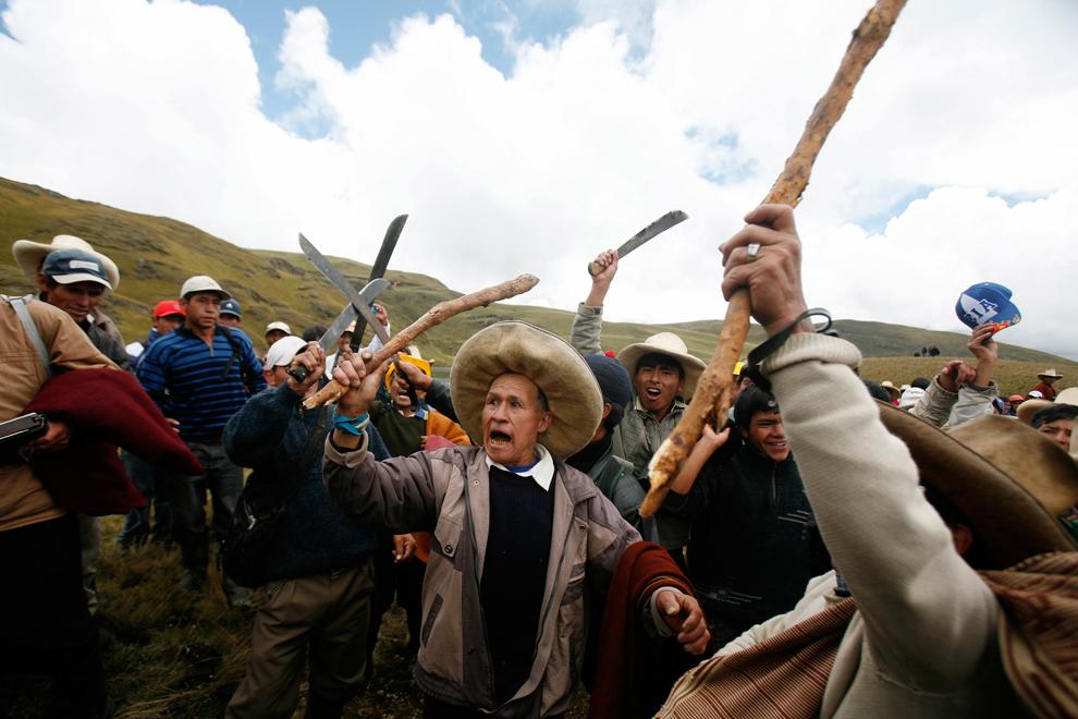 23. Местные жители протестуют против покупки Ньюмонтом золотоносной шахты Conga возле лагуны Кортада