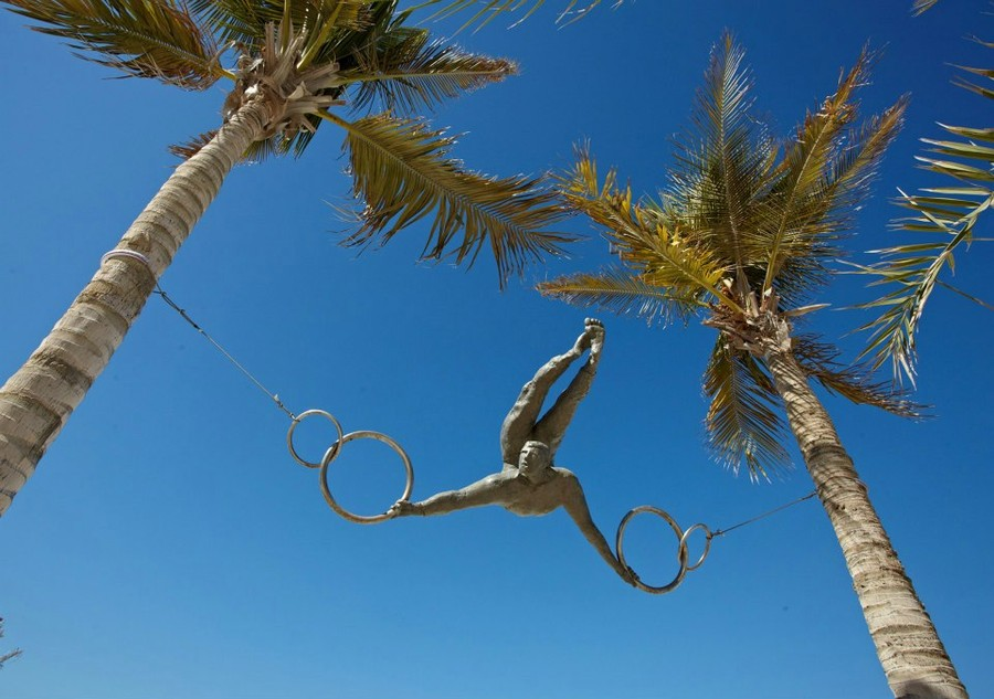 Балансирующий на ветру гимнаст, ОАЭ.