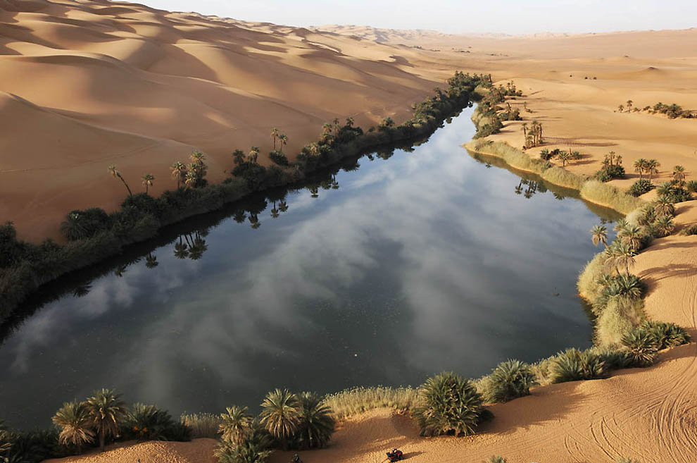 14. Озеро Умм аль-Маа (Мать воды) в пустыне Убари. (George Steinmetz)