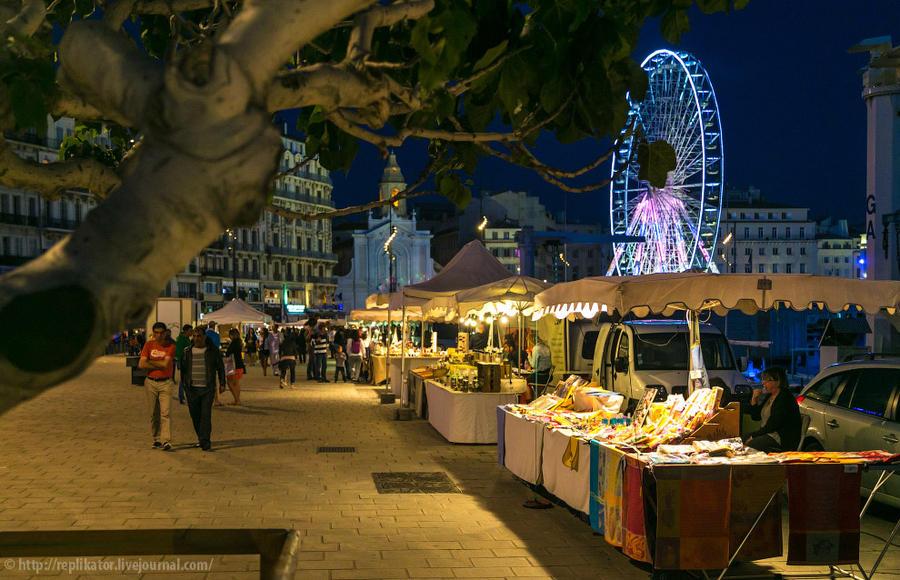 16. На набережной порта вечерами выкладывают свои товары уличные торговцы.
