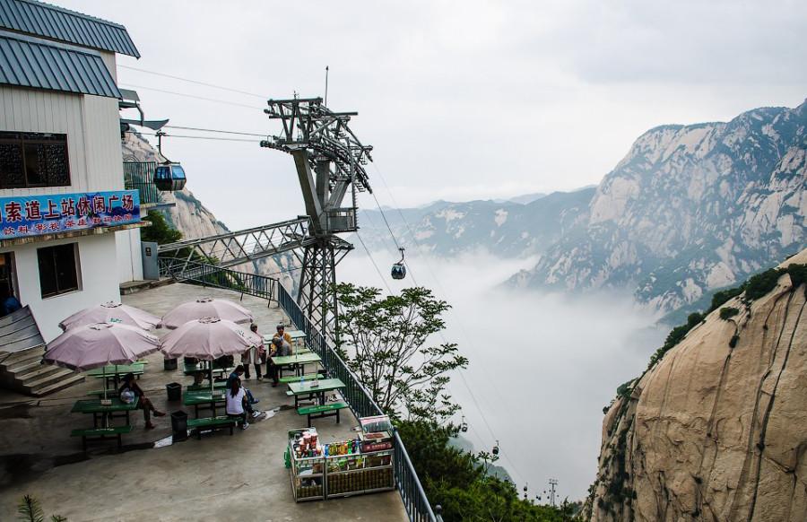 9.Подняться на гору Хуашань можно как пешком из одноименного городка внизу (есть два пешеходных мар