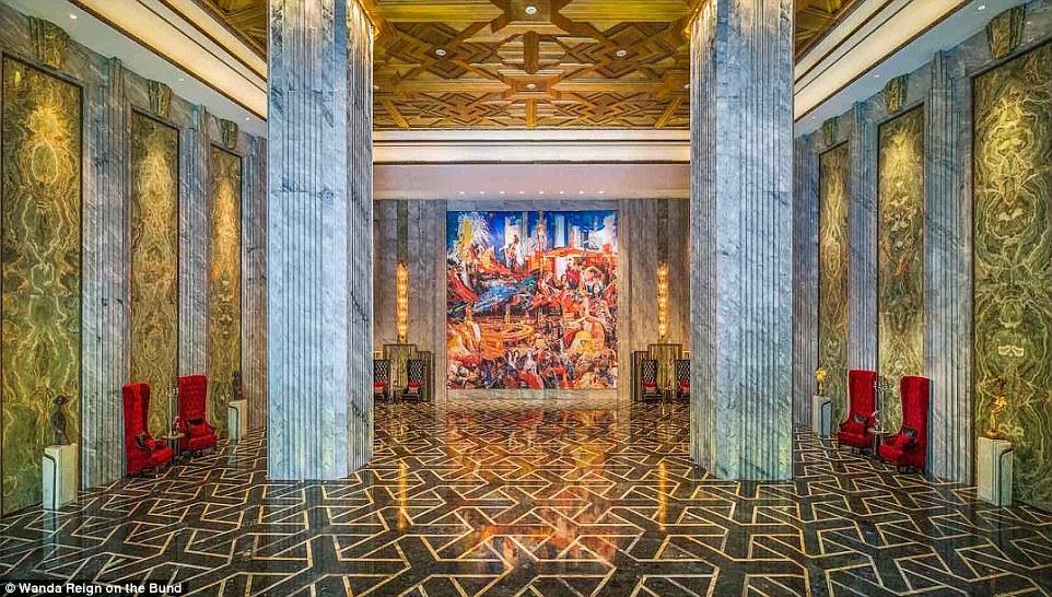 В лобби гости проходят по выложенным жадеитом полам между мраморными колоннами, антикварной мебелью
