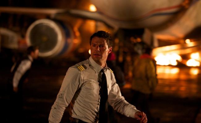 История повествует о молодом и талантливом летчике Гущине (в исполнении Данилы Козловского), который