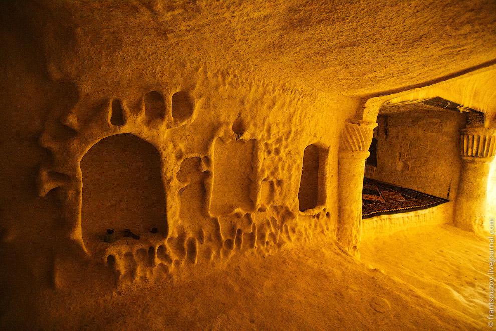 34. Вокруг поверхность песчаника испещрена арабографичными надписями и рисунками лошадей. Броса