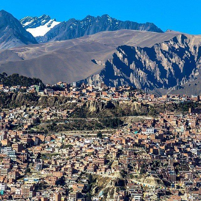 Ла-Пас, Боливия. Город располагается на холмах на высоте 3660 метров над уровнем моря, откуда открыв