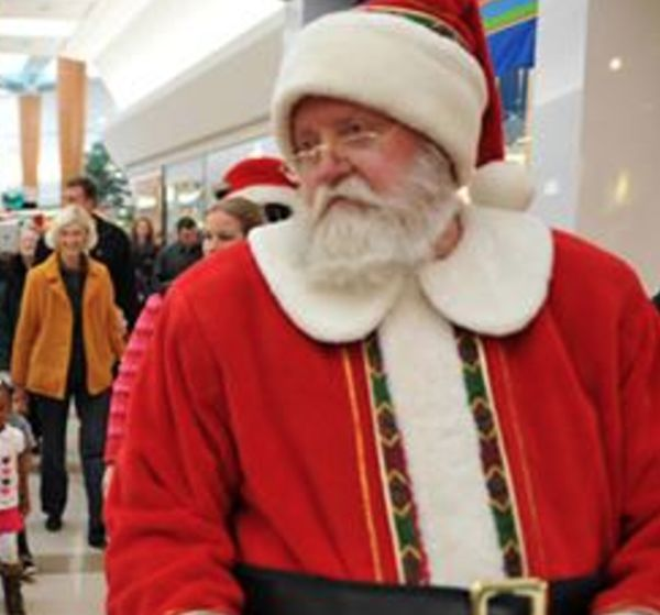 По словам очевидцев, Санта подошел к мужчине ударил его в лицо головой, а затем повалил на пол и ста