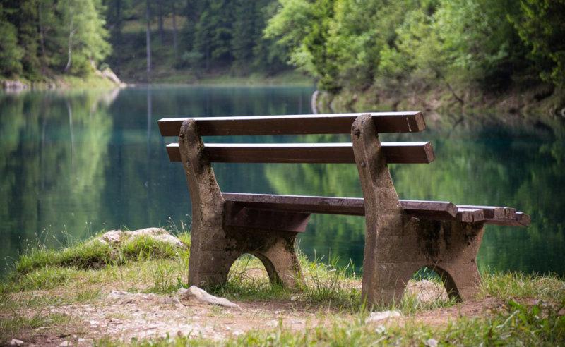 Максимальный уровень воды бывает в июне. А эту скамейку мы еще увидим — правда, несколько в друг