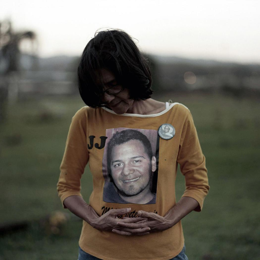 29-летнего ветеринара Джулиана Джулиана убили, когда пытались угнать его машину. Его мать Ольга гово
